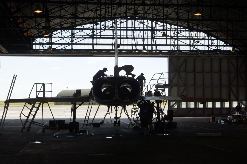 Equipe de démontage à l'oeuvre dans un hangar de Châteaudun