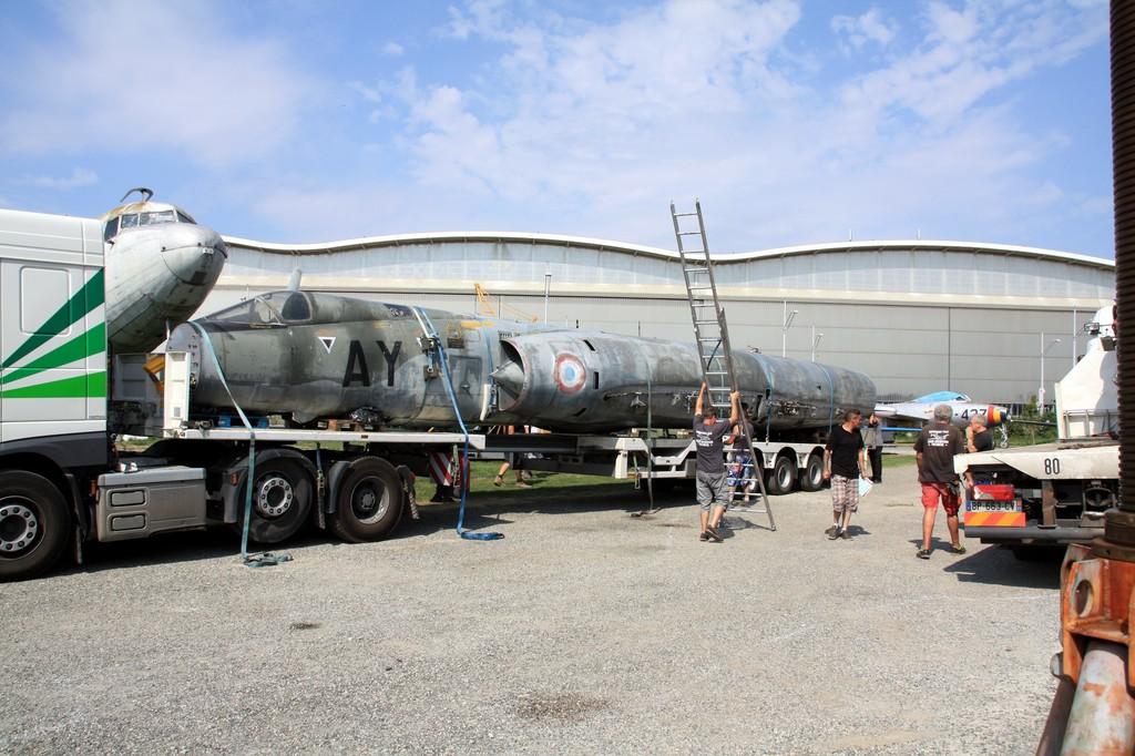 Le fuselage du Mirage IV sur la remorque entrain d'être désanglé.