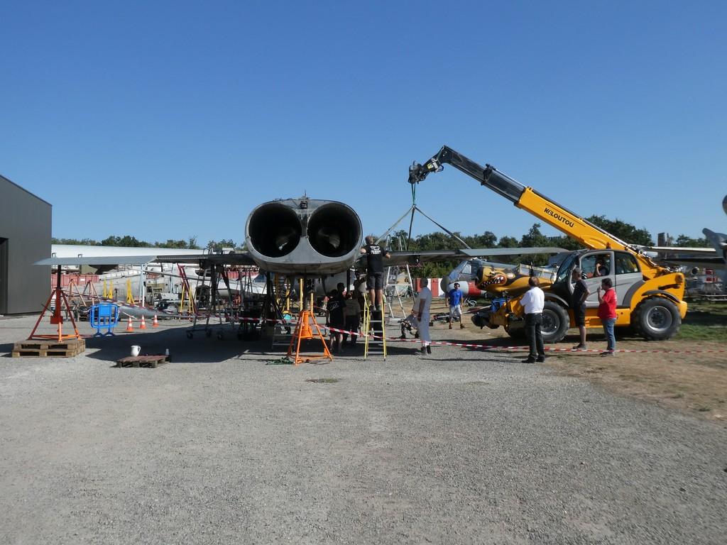 Installation de l'aile droite du Mirage IV